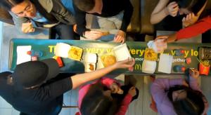 McDonald's wprowadza długą tacę jako symbol wspólnych posiłków